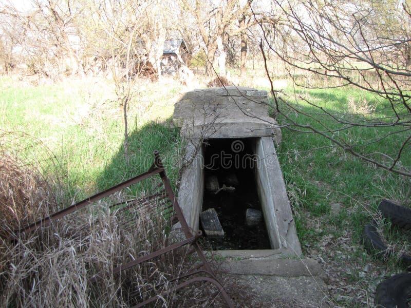 Cave abandonnée de ferme photo libre de droits