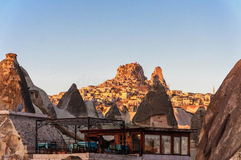 Cave as cidades na formação de rochas vulcânicas, casas de pedra em Goreme, paisagem da montanha cinzelada no tufo Cappadocia, Tu foto de stock royalty free