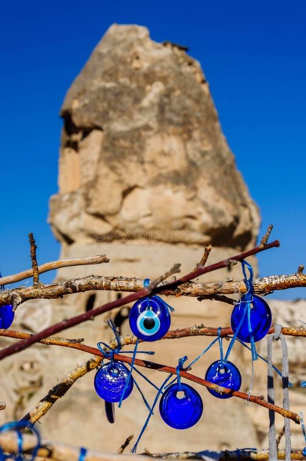 Cave as cidades na formação de rochas vulcânicas, casas de pedra em Goreme, paisagem da montanha cinzelada no tufo Cappadocia, Tu imagem de stock