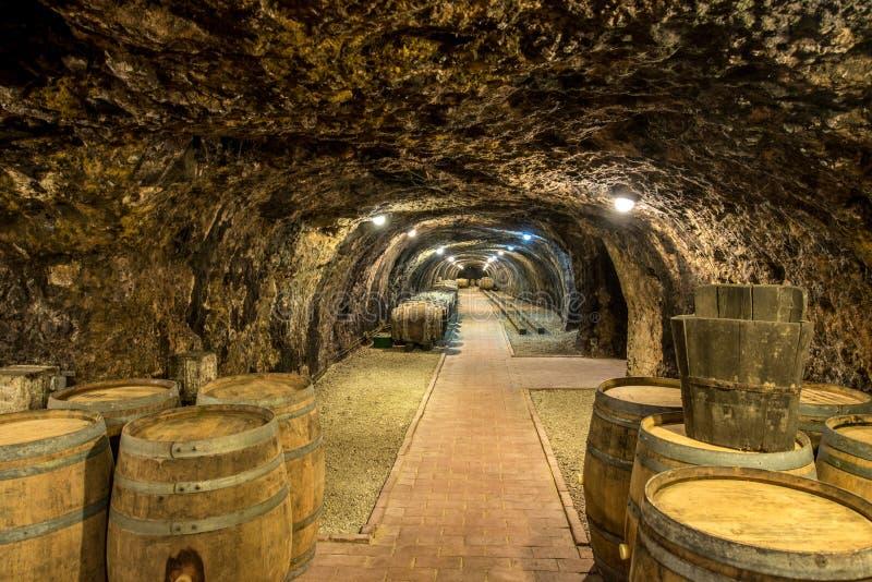 Cave avec des barils images libres de droits