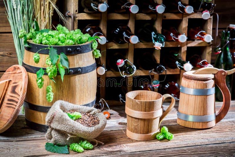 Cave complètement de bière fraîche photo stock