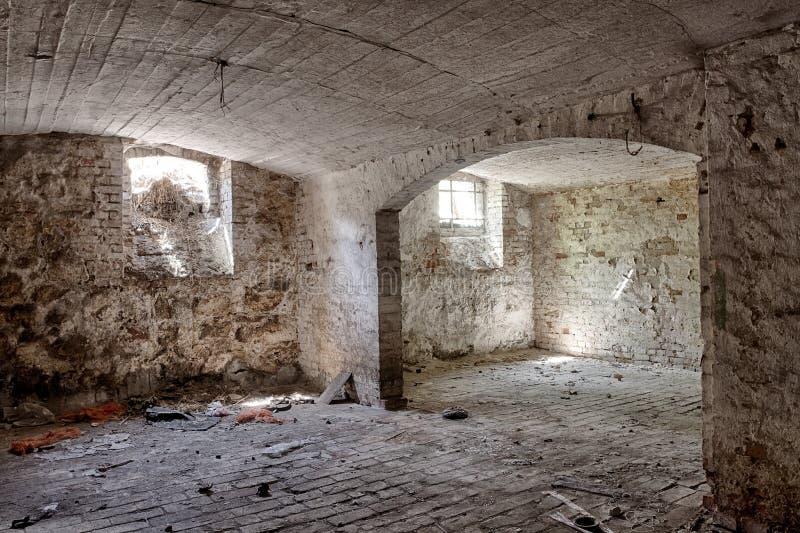 Cave dans un manoir abandonné photo stock