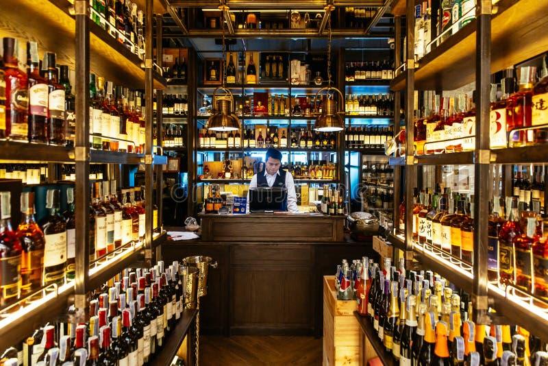 Cave de boisson alcoolisée à l'intérieur du restaurant avec sommerlier au compteur de caissier pour l'aide et l'information de do image libre de droits