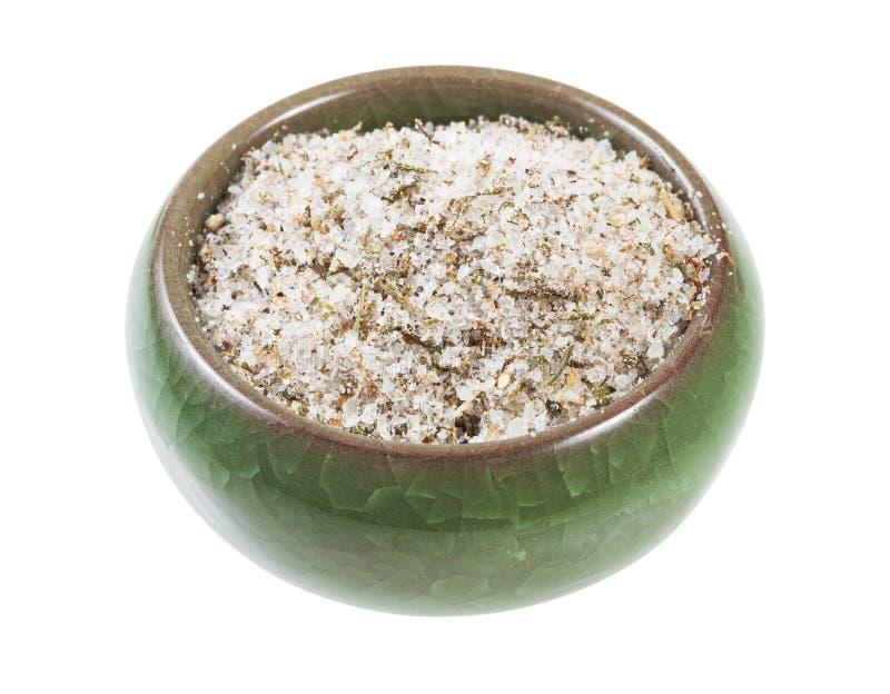 cave en céramique de sel avec du sel chevronné avec des épices photos stock