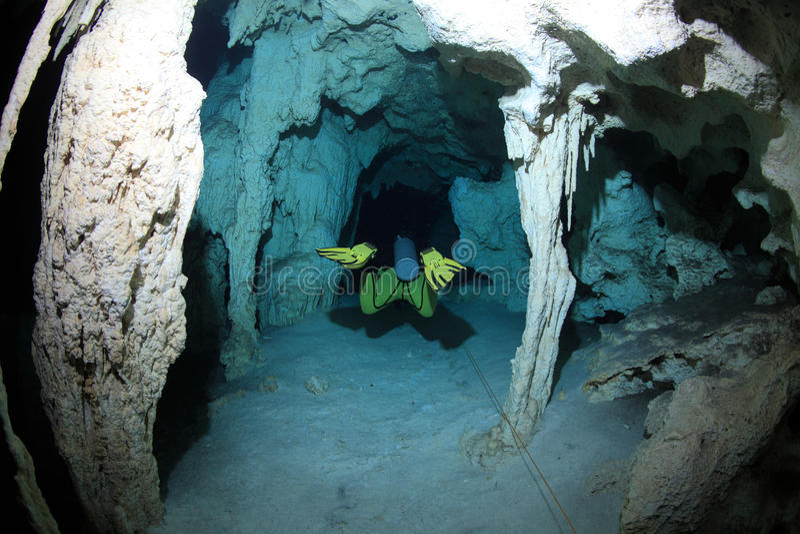 Cavediving in der cenote Unterwasserhöhle lizenzfreie stockfotografie