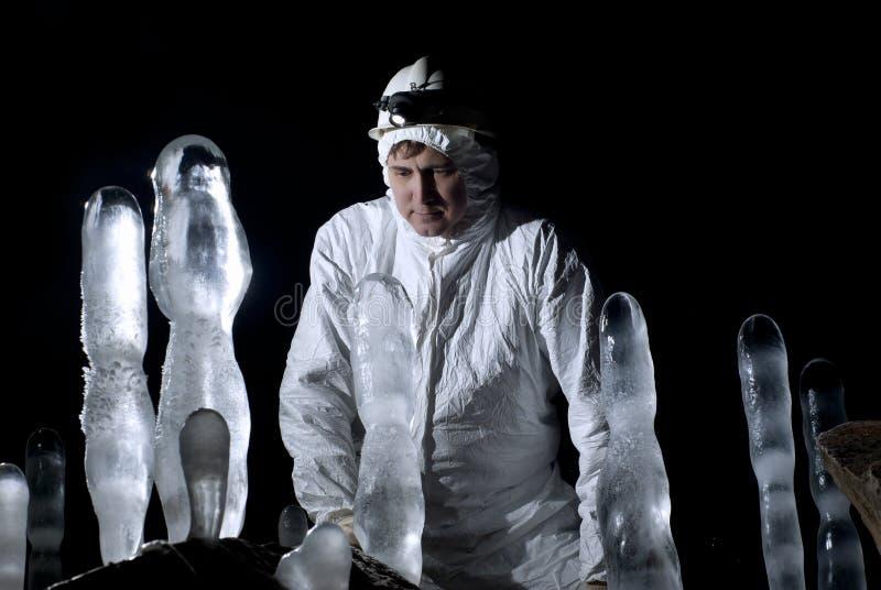 Caver explore des stalagmites de glace images libres de droits
