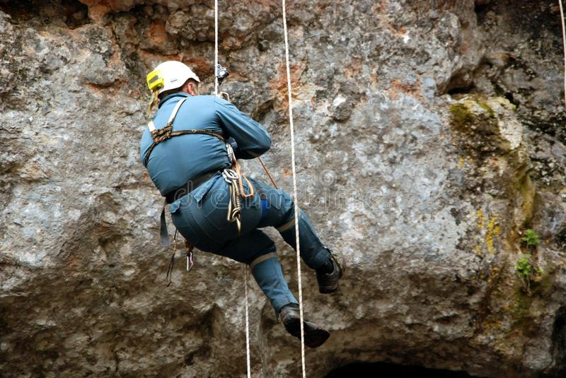 Caver het abseiling in pothole royalty-vrije stock foto