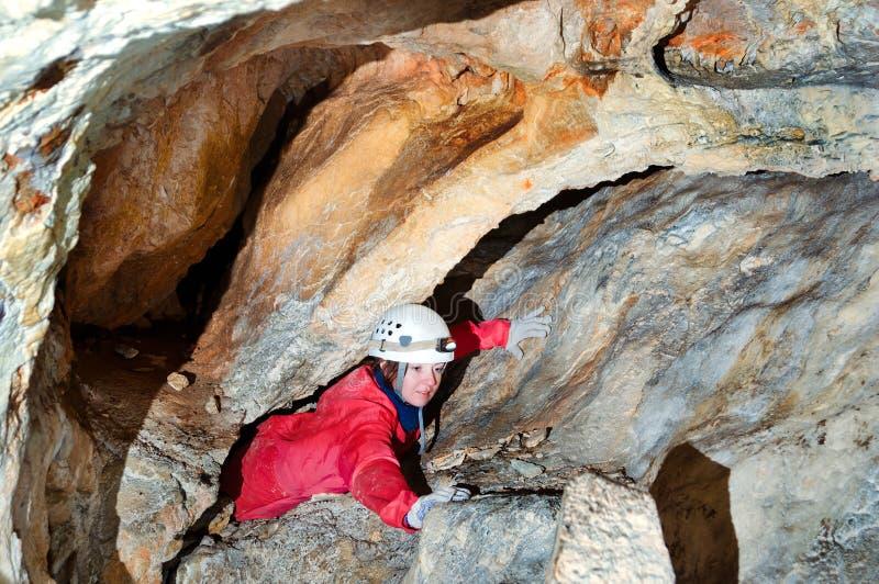 Caver, welches die Höhle erforscht lizenzfreies stockfoto