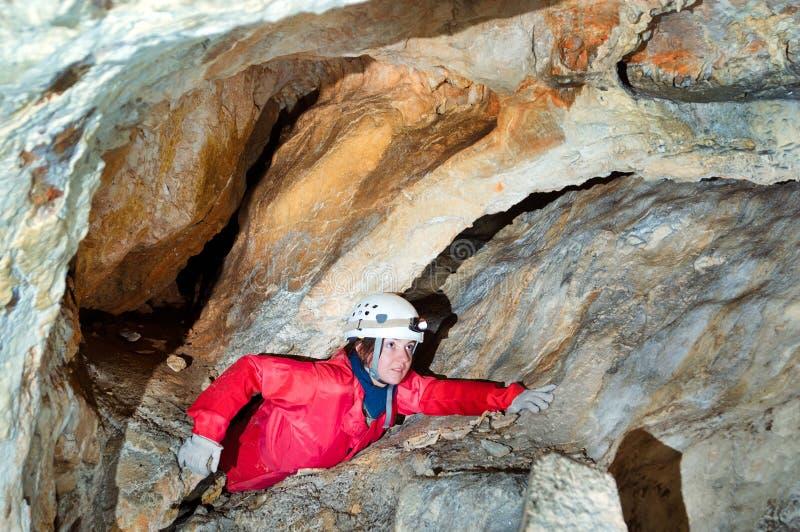 Caver, welches die Höhle erforscht lizenzfreies stockbild
