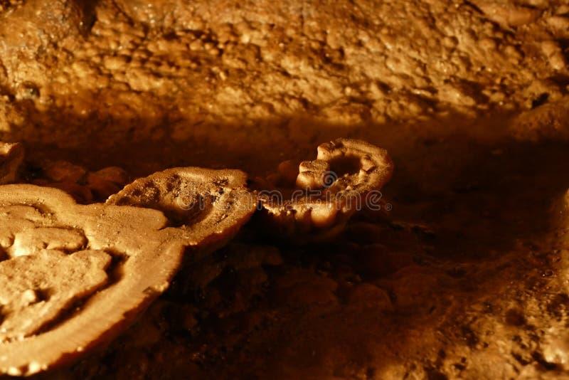 Caverna agradável com luz do sunet e estruturas coloridas fotos de stock