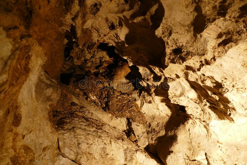 Caverna agradável com luz do sunet e estruturas coloridas fotografia de stock