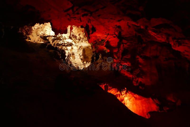 Caverna agradável com luz do sunet e estruturas coloridas imagens de stock