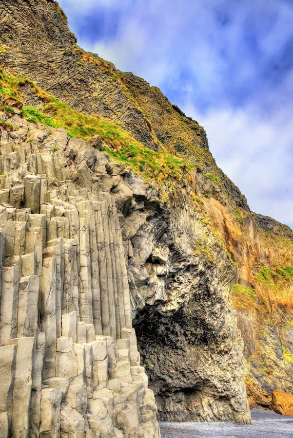 Caverna alla spiaggia nera di Reynisfjara, Icealnd di Halsanefshellir del basalto immagini stock