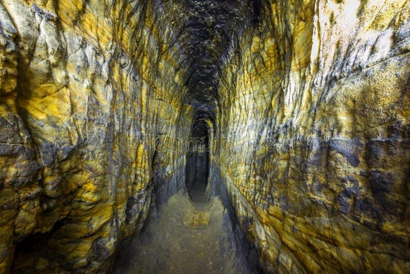 Caverna artificiale dell'arenaria Monastero della caverna Residenza abbandonata delle fruste e delle portate dei settari fotografie stock