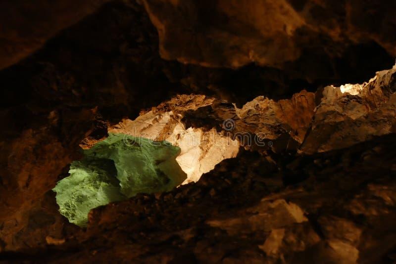 Caverna com luz do sunet e estruturas coloridas foto de stock royalty free