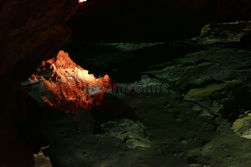 Caverna com luz do sunet e estruturas coloridas imagens de stock royalty free