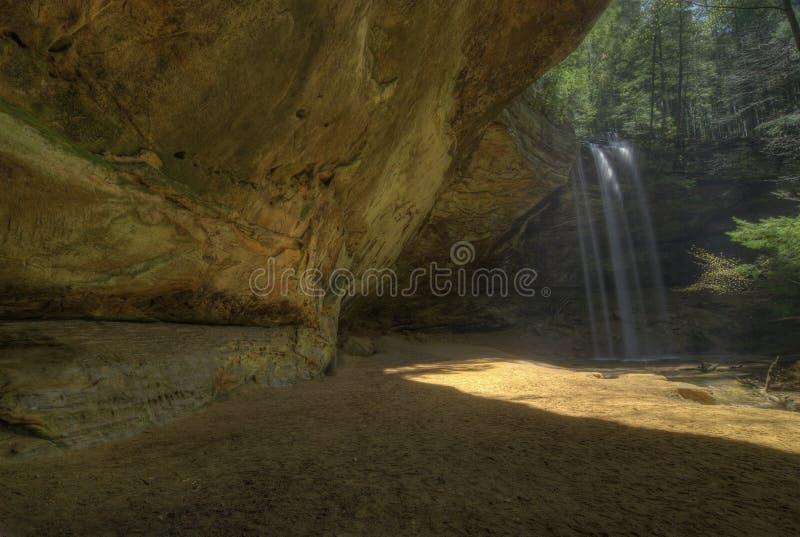 Caverna da cinza em montes Ohio de Hocking foto de stock