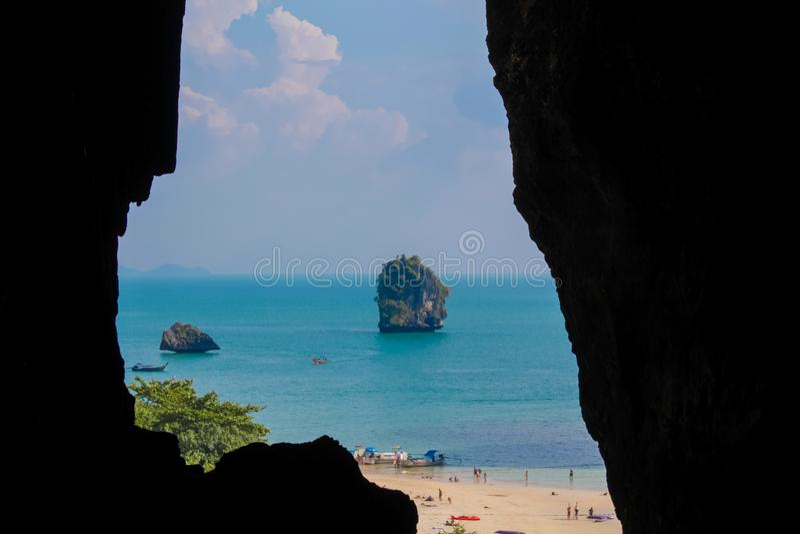 Caverna da pedra calcária em Krabi, NOK da princesa Cave Tham Phra Nang foto de stock
