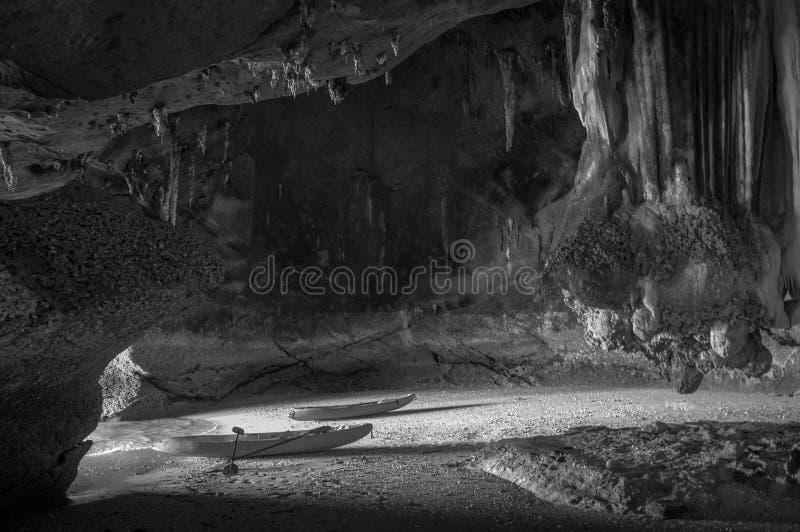 Caverna de explora??o Kayaking do mar de Koh Talabeng perto de Koh Lanta, Krabi, Tail?ndia imagens de stock