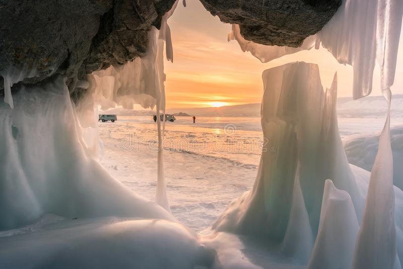 Caverna de gelo de congelação bonita após o céu do por do sol, Baikal Sibéria do sul Rússia fotos de stock royalty free