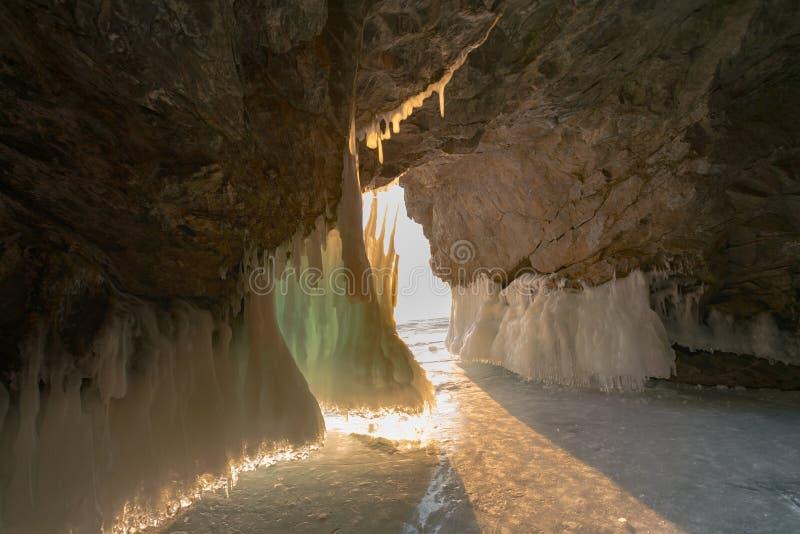 Caverna de gelo da estação do inverno de Baikal Rússia fotos de stock royalty free