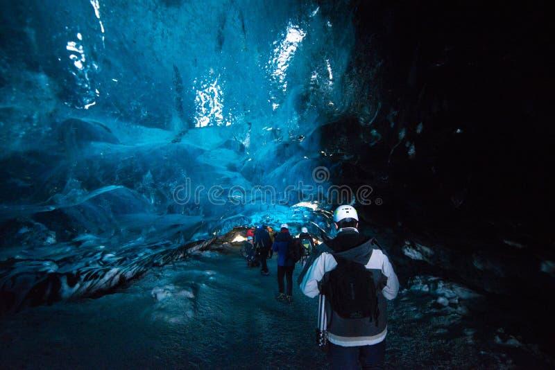 caverna de gelo glacial em Islândia - em março de 2017 imagens de stock royalty free