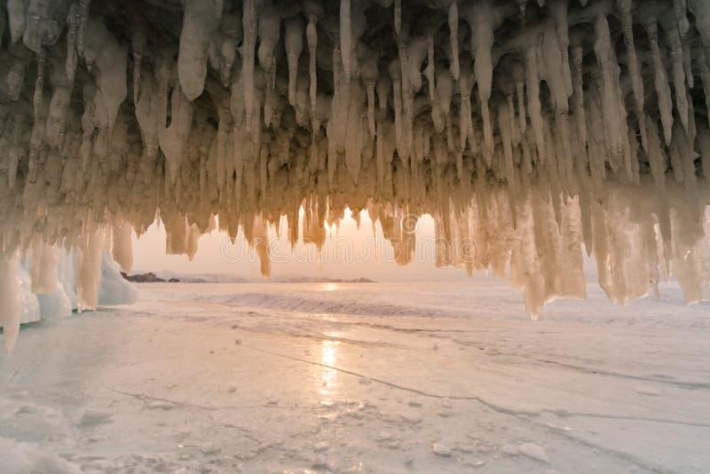 Caverna de gelo na água congelada o Lago Baikal Rússia foto de stock royalty free