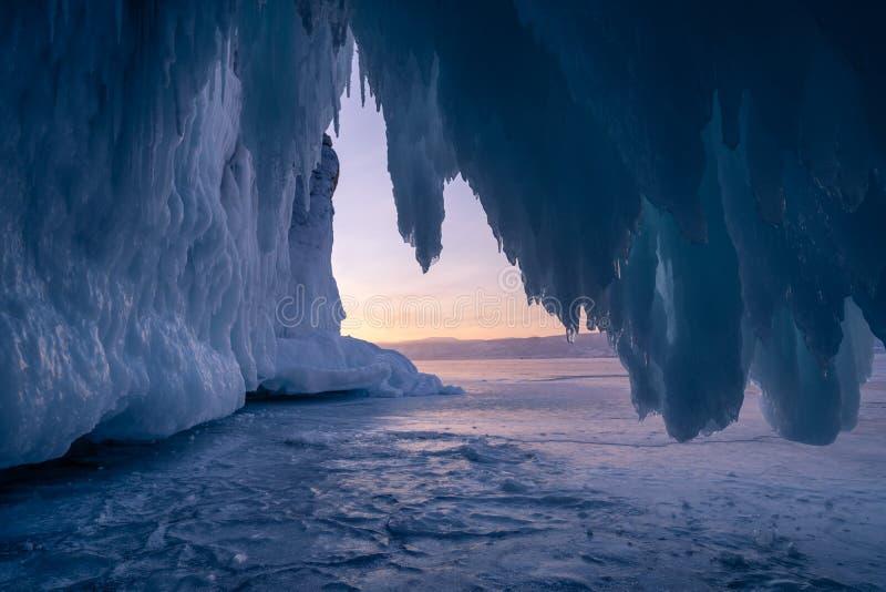 Caverna de gelo no lago Baikal na estação do inverno no por do sol, Rússia, Sibéria foto de stock royalty free