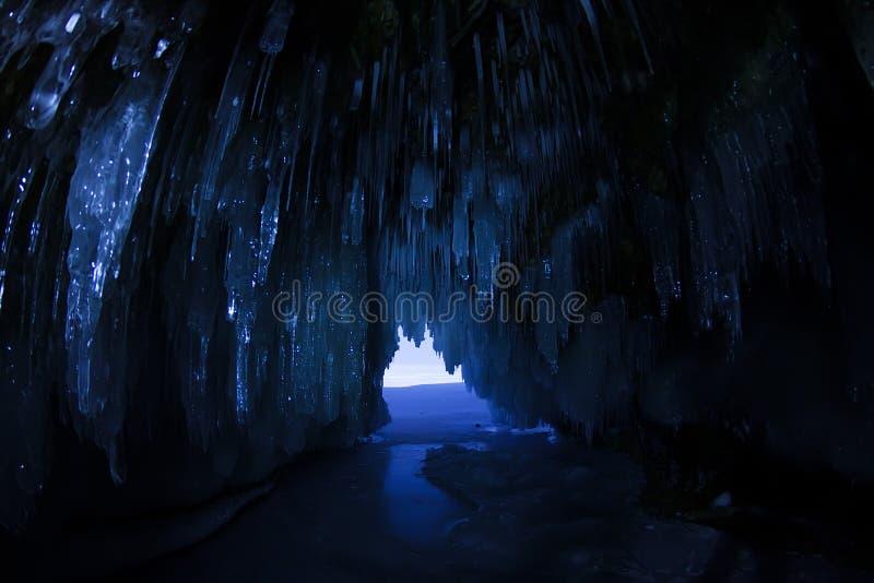 Caverna de gelo no luar na noite na ilha de Olkhon no Lago Baikal no inverno imagem de stock
