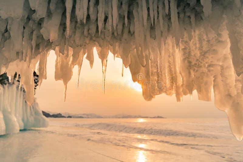 Caverna de gelo de Olkhon sobre o lago da água de Baikal na estação do inverno imagem de stock royalty free