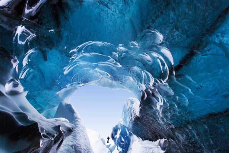 Caverna de gelo de surpresa Caverna de gelo de cristal azul e um rio subterrâneo abaixo da geleira Natureza de surpresa de Skafta fotos de stock