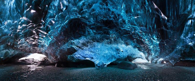 Caverna de gelo de surpresa Caverna de gelo de cristal azul e um rio subterrâneo abaixo da geleira Natureza de surpresa de Skafta imagens de stock