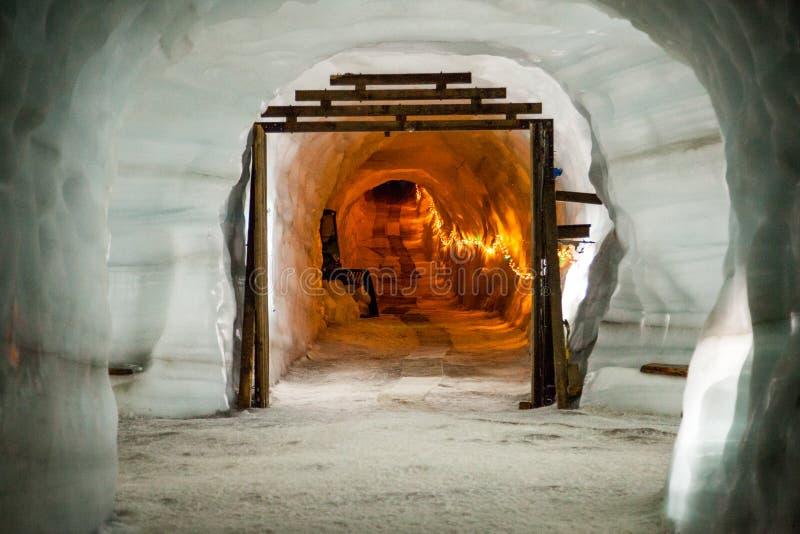 Caverna de gelo/túnel da geleira imagens de stock royalty free