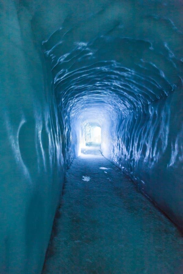 Caverna de gelo/túnel da geleira imagens de stock