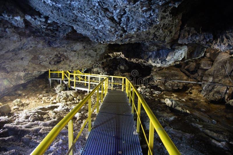 Caverna de Ialominta - tiro do interior com rota do turista fotos de stock