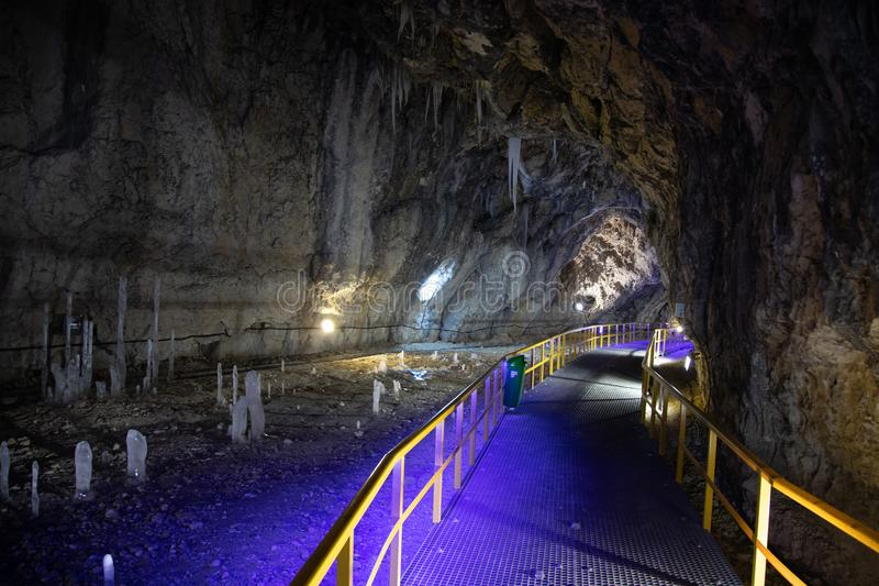 Caverna de Ialominta - tiro do interior com rota do turista imagem de stock