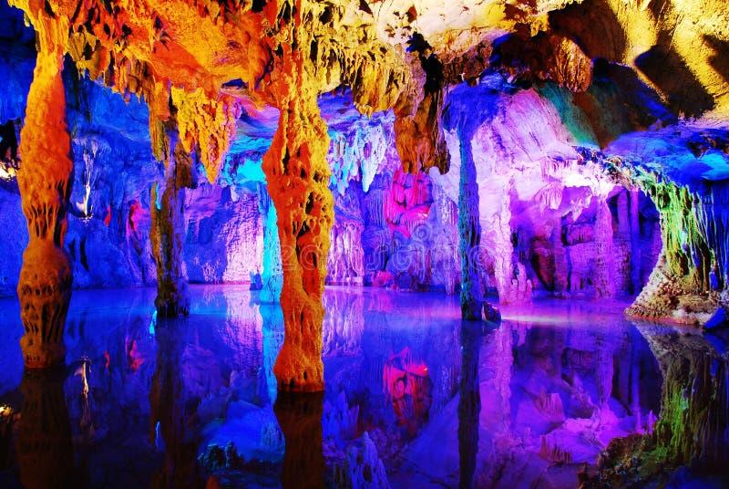 Caverna de lingüeta corrmoída água da flauta fotografia de stock