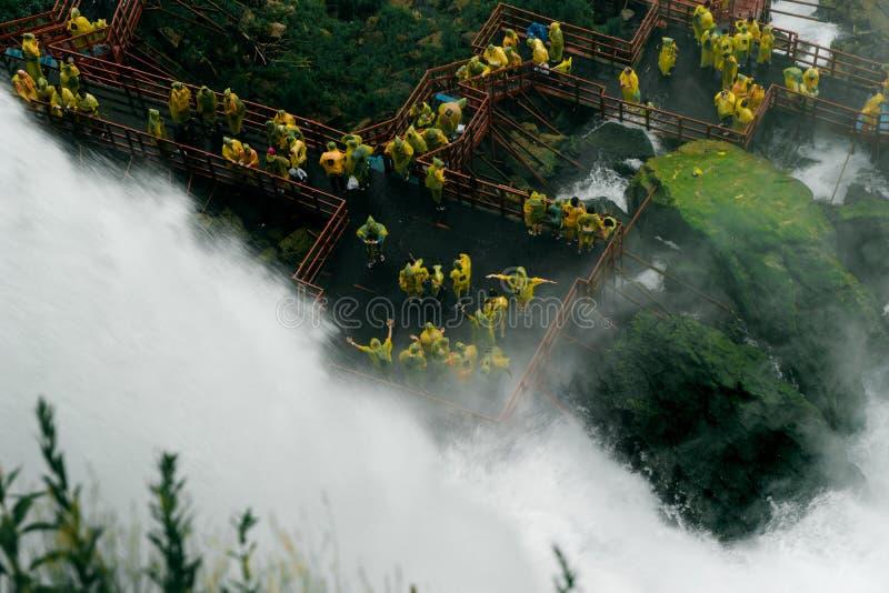 Caverna del sentiero costiero dei venti a partire dalle cadute nuziali di velo fotografia stock libera da diritti