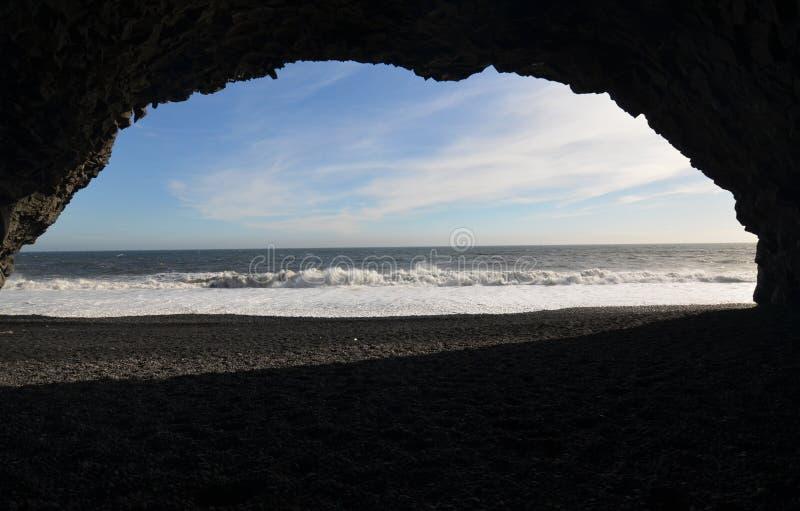 Caverna della colonna del basalto sulla spiaggia di sabbia nera in Islanda immagini stock