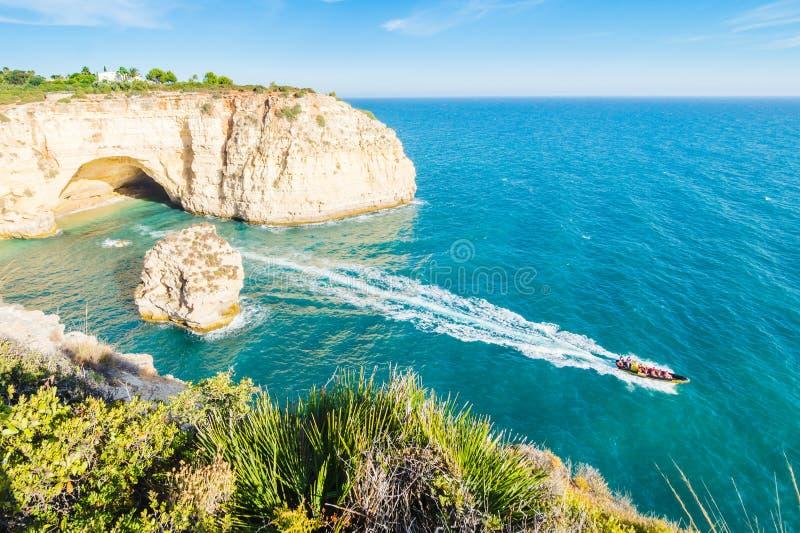 Caverna della spiaggia del Portogallo Algarve visitata per esperienza la barca fotografia stock libera da diritti