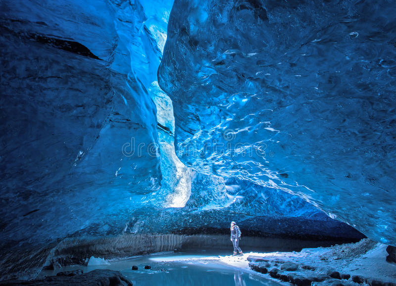 Caverna di ghiaccio blu immagini stock