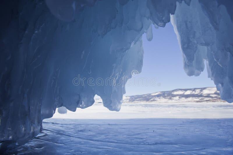 Caverna di ghiaccio dell'isola di Oltrek, il lago Baikal Inverno fotografie stock libere da diritti