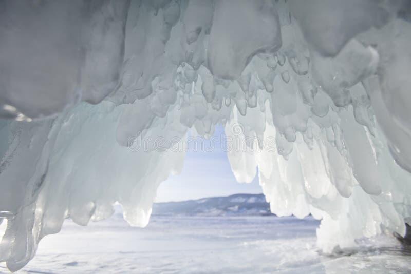 Caverna di ghiaccio, il lago Baikal Paesaggio di inverno fotografie stock libere da diritti