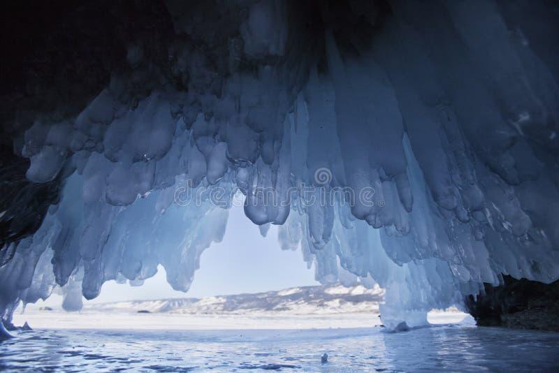 Caverna di ghiaccio, il lago Baikal Paesaggio di inverno immagine stock