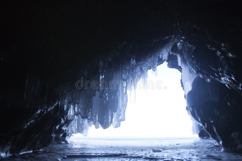Caverna di ghiaccio, il lago Baikal Paesaggio di inverno fotografia stock libera da diritti