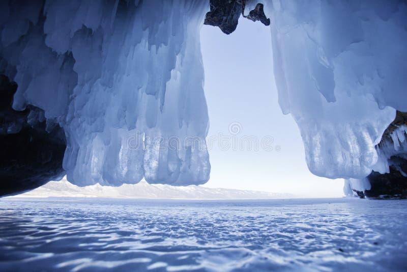 Caverna di ghiaccio, isola di Oltrek Lago Baikal Paesaggio di inverno fotografie stock libere da diritti