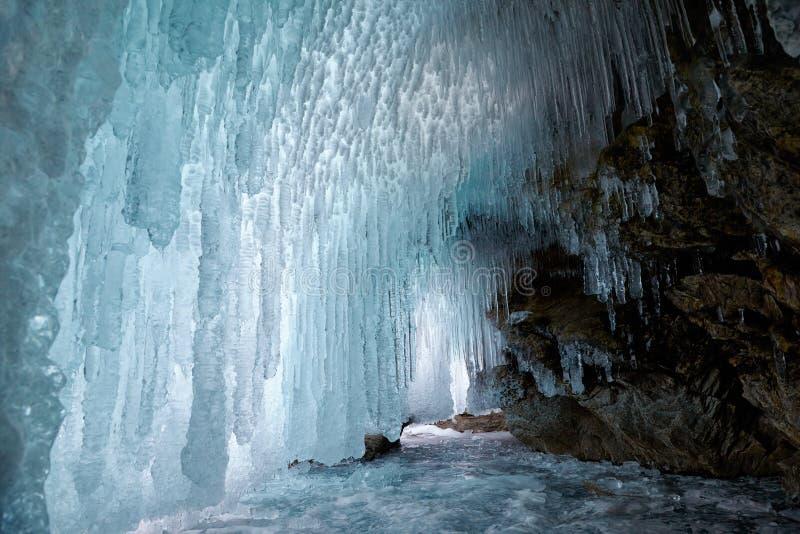 Caverna di ghiaccio sul lago Baikal immagine stock