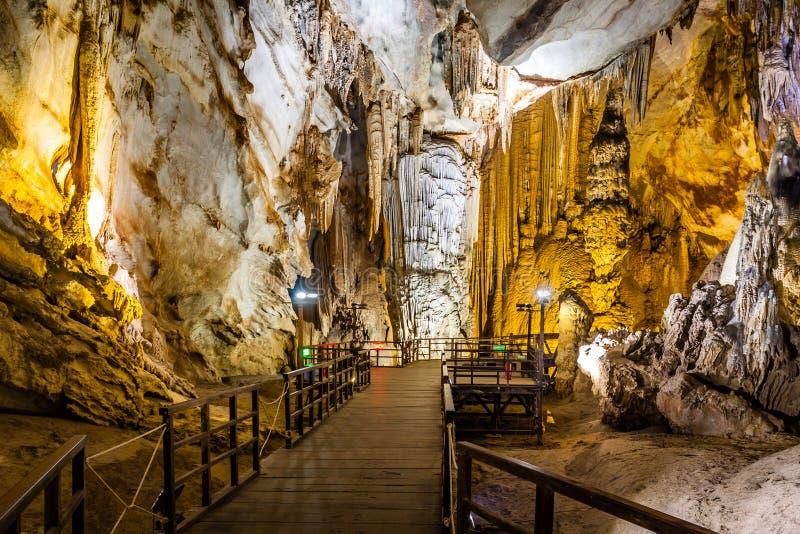 Caverna di paradiso alla città di Dong Hoi fotografia stock