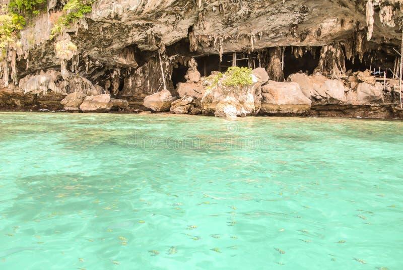 Caverna di Viking all'isola di Phi-Phi Leh in Krabi, Tailandia immagini stock