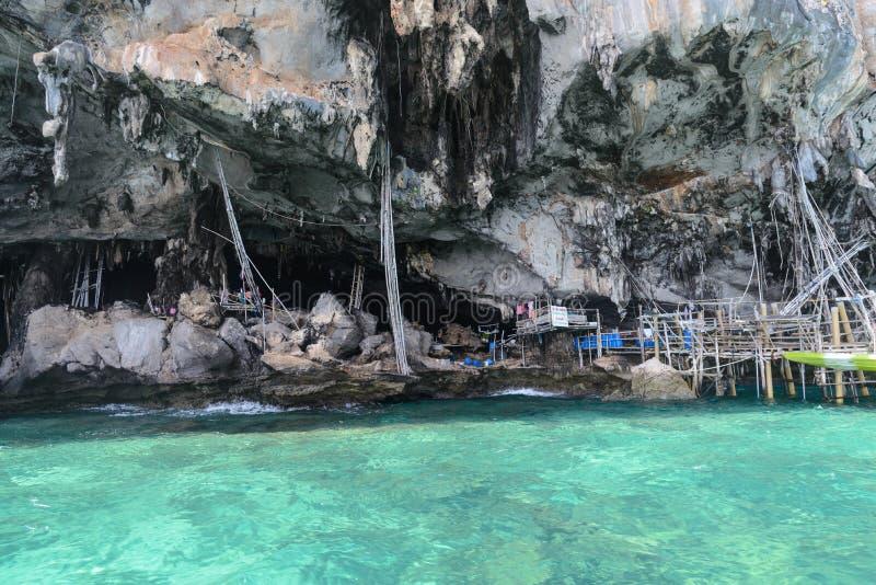 Caverna di Viking in cui i nidi del ` s dell'uccello sono raccolti Isola di Ko Phi-Phi Leh nella provincia di Krabi, Tailandia fotografia stock